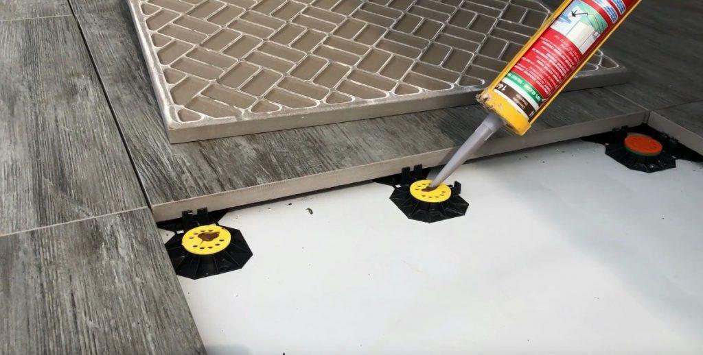 Nakładanie poliuretanu na podkładki tarasowe
