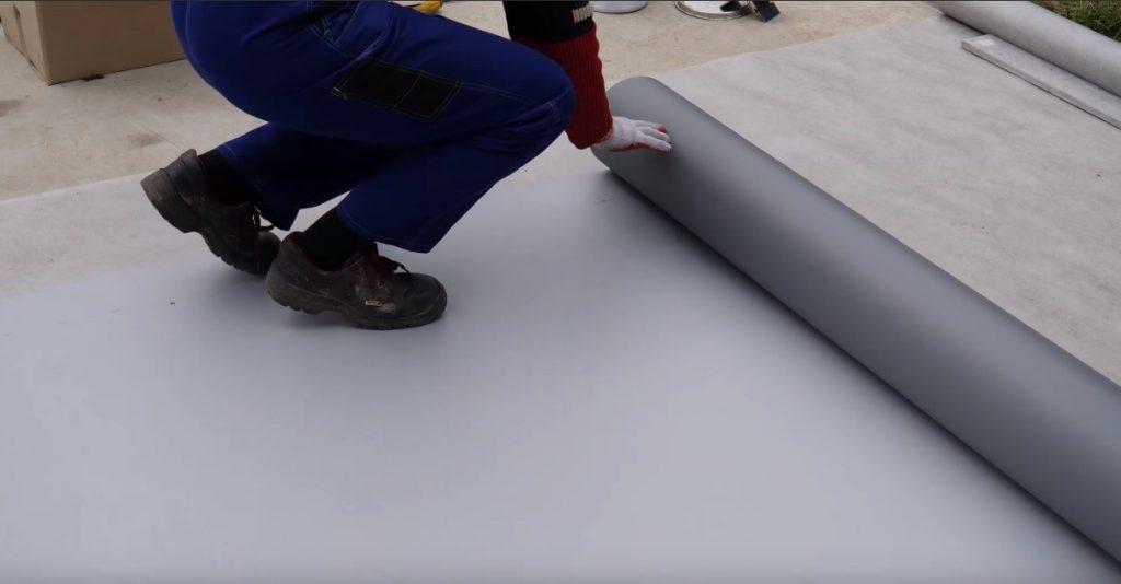 Rozwijanie membrany PVC na powierzchni tarasu