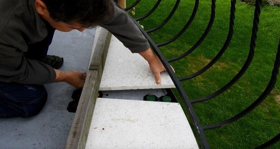 Układanie płyt tarasowych na podkładkach smart na tarasie łukowym